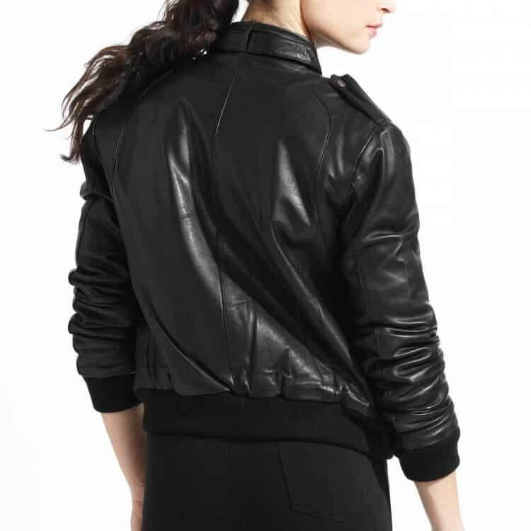 Jaket kulit bomber warna gelap (hitam). Warna gelap cocok untuk kamu yang  lebih suka tampil apa adanya dan suka dengan style yang matcho. 825ba8edbd