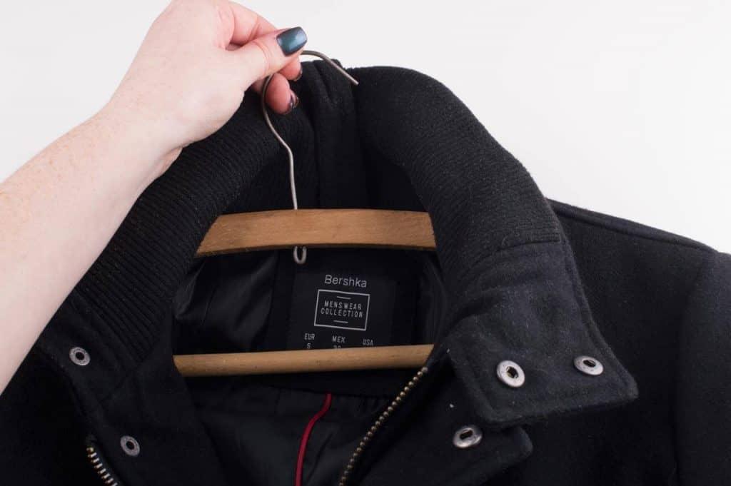 cara perawatan jaket kulit dengan digantung saat disimpan