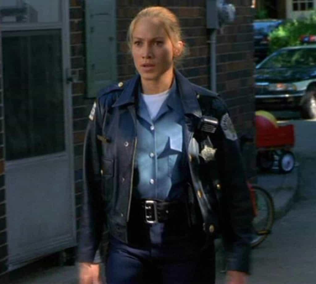 Jaket kulit polisi wanita