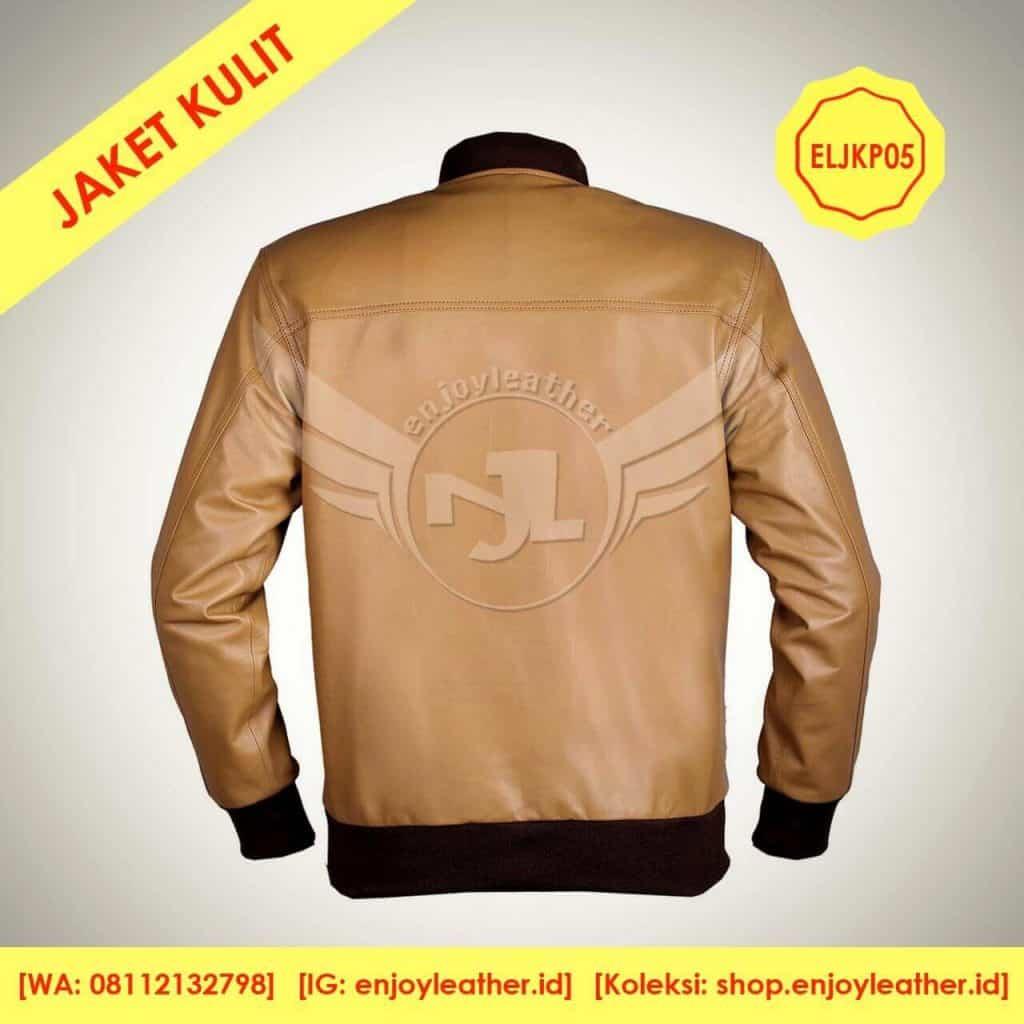 jaket kulit warna coklat muda model bomber untuk pria tampak belakang